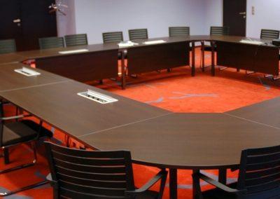 Piros szőnyeg a tárgyalóban